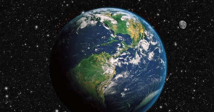 কিভাবে একজন নাস্তিক ঈশ্বরকে খুঁজে পেল - Photo of the earth and moon to illustrate how the characteristics of the universe convinced an atheist to believe in God.